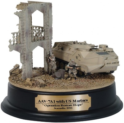 "AAV7A1 w / US Marines, ""Operation Restore Hope"", Somalia, 1993 + diorama de edificio, 1:72, Dragon Armor"